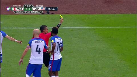 Tarjeta amarilla. El árbitro amonesta a DeAndre Yedlin de USA
