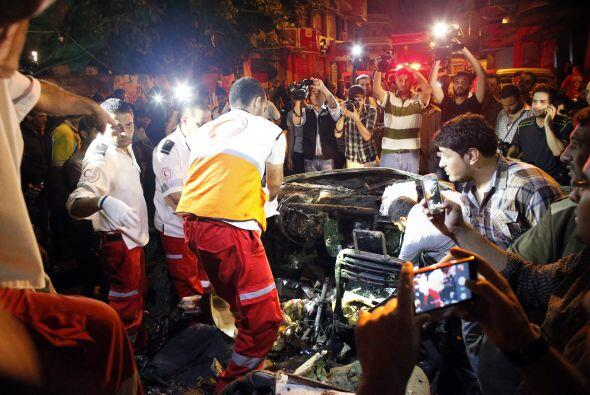 Rescatistas palestinos recogen trozos de carne humana en un coche alcanz...