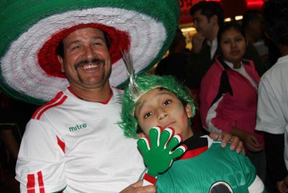Entonces, Carlos Salcido anotó el primer gol de México en el minuto 69.