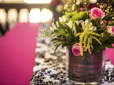 3) Apuesta por lo natural. Una mesa con un toque verde o florido tiene u...