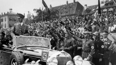 Hitler pasando revista a sus tropas en 1937