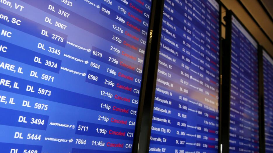 La mitad de los vuelos programados para despegar y aterrizar en el aerop...