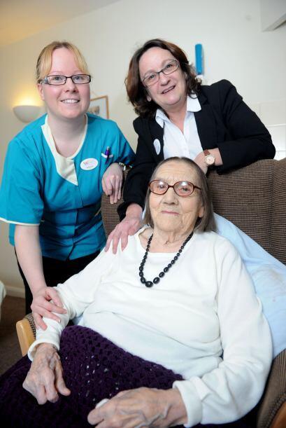 Freda vive en un asilo para ancianos de nombre Fairfield Care Home donde...