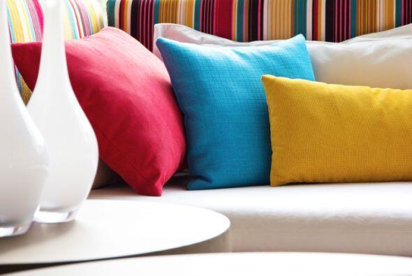 Agrega color. Frazadas, almohadones y accesorios coloridos mantendrán la...