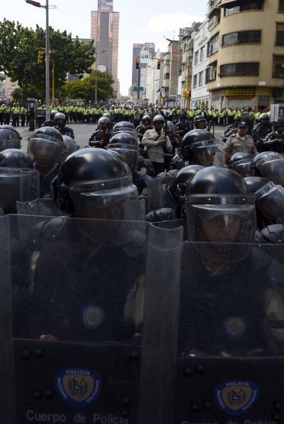 Miembros de la Guardia Nacional se colocan en posiciones estratégicas. L...