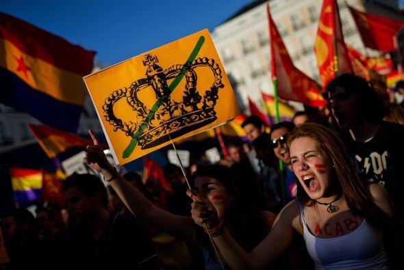 """Bajo el lema """"Referéndum ¡Ya!"""", miles de detractores de la monarquía se..."""