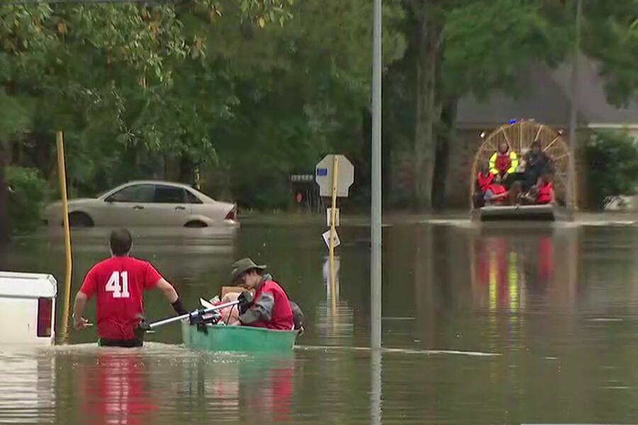 Continúa el drama de las inundaciones en Houston y áreas aledañas Rescat...