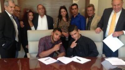 Hairon 'El Majá' Socarrás y Neslan Machado al firmar con Veloz Boxing.