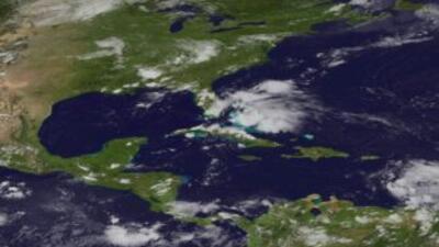 La tormenta tropical Ernesto se desplaza con rapidez hacia el sureste de...