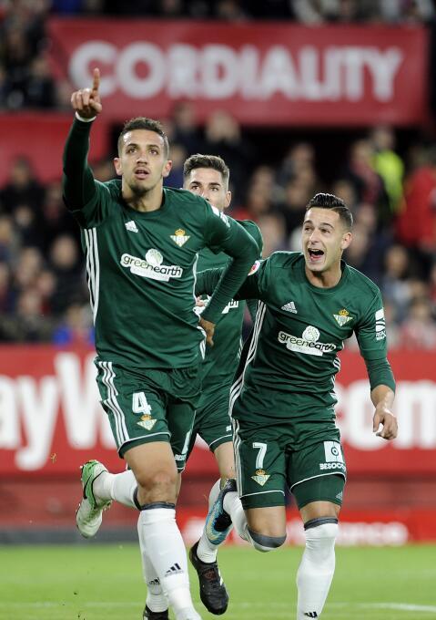 En el regreso de Guardado, Betis goleó al Sevilla en el derbi andaluz ge...