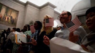 Organizaciones impulsan a los inmigrantes que tengan los requisitos a que se conviertan en ciudadanos
