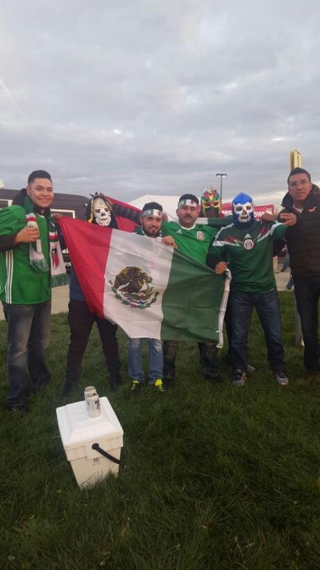 Banderas, jerseys y máscaras de luchador... el tradicional color azteca.