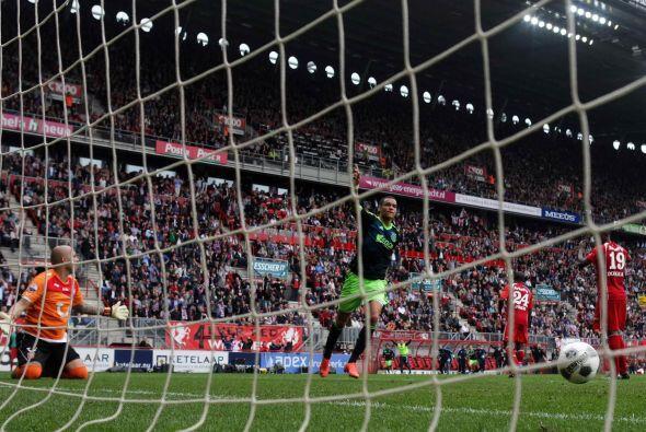 Cuando Ajax parecía empatar, apareció Van Der Wiel incorporándose al ata...