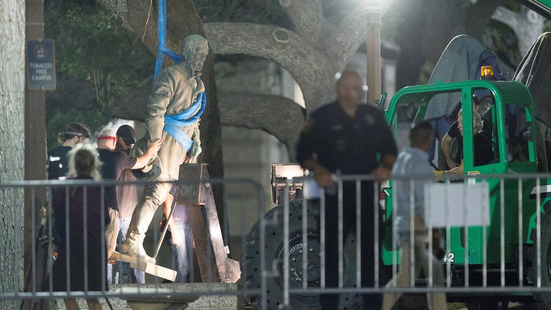 Trabajadores retiran una estatua del general confederado Robert E. Lee e...