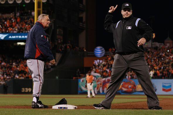 El manager de Atlanta, Bobby Cox, fue expulsado de un juego de postempor...