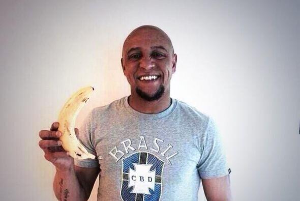 El ex lateral izquierdo Roberto Carlos también alzó la mano. (Foto: Twit...