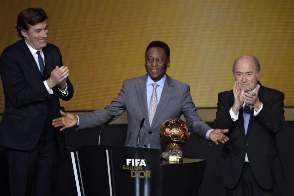 Momento emotivo de la noche cuando se entregó un Balón de Oro denominado...