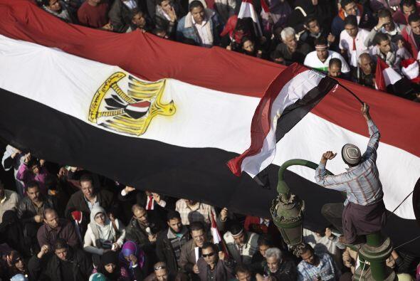 Decenas de miles de personas volvieron a abarrotar hoy la plaza de la Li...