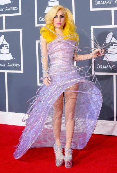 Terminamos de deprimirnos cuando Lady Gaga apareció con este estrafalari...