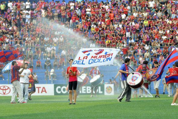 En Asunción los aficionados alientan a la hinchada de Cerro Porteño mien...