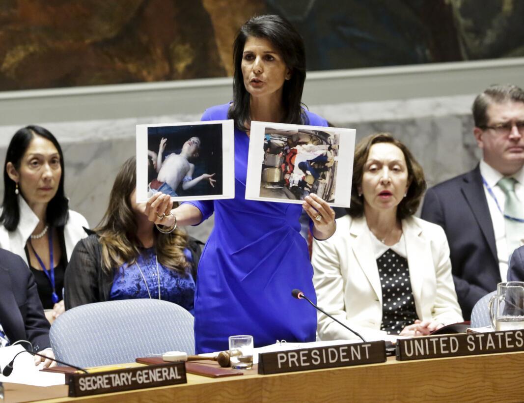 La embajadora de EEUU en la ONU, Nikki Haley, muestra fotos de víctimas...