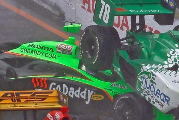 El auto de Danika Patrick quedó debajo del de la suiza Simona de Silvest...