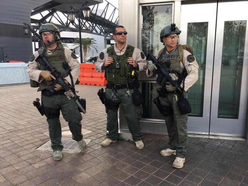 Agentes con rifles de alto poder resguardan la entrada de la estación Un...