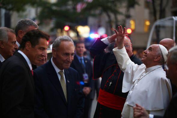El pontífice saludando a los de arriba.
