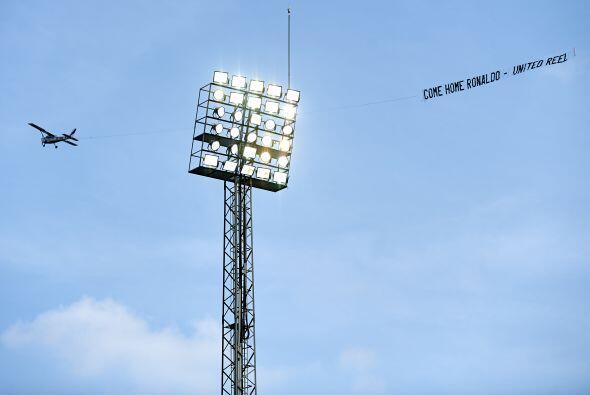 Durante el juego entre Villareal y Real Madrid, una avioneta sobrevoló e...