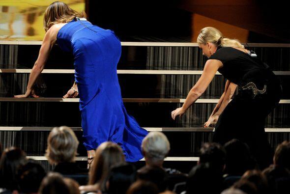 """Tina Fey y Amy Poehler imitaron a Jennifer Lawrence con su caída en el """"..."""