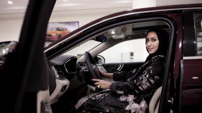 Por primera vez las mujeres en Arabia Saudita pueden manejar