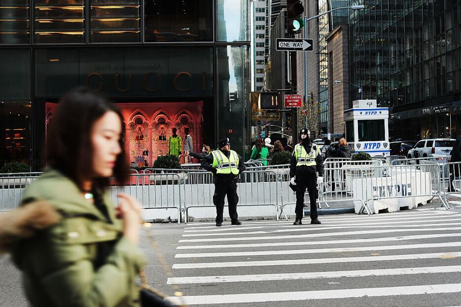 Las barreras alrededor del edificio han sido otra forma de controlar el...