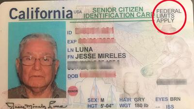 La identificación que recibió este inmigrante naturalizado tiene la rest...