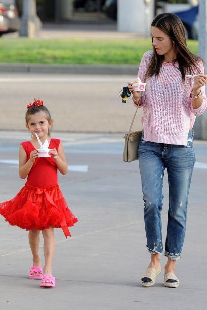 La 'top model' brasileña, Alessandra Ambrossio es una mamá...