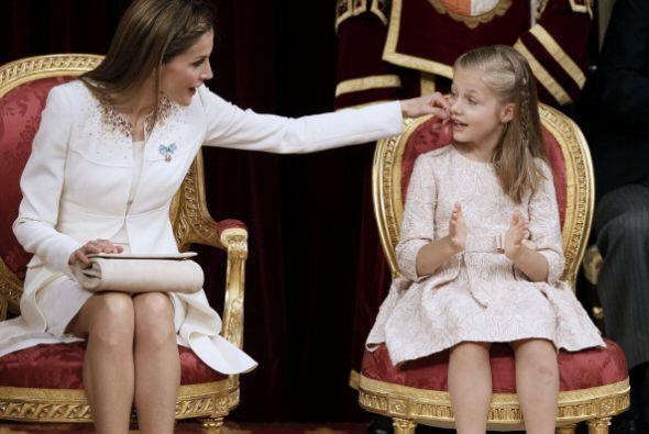 La reina Letizia le daba gestos de cariños a la princesa Leonor.