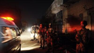 Policías acordonan un sector de Karachi tras los sangrientos ataques.