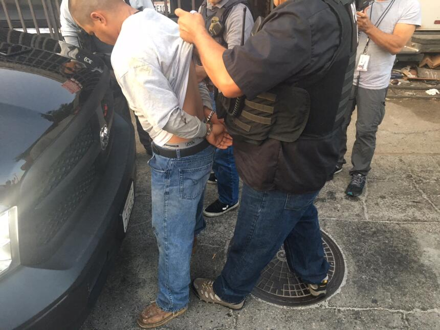 Un oficial revisa los tatuajes en la espalda de Carlos, a quien identifi...