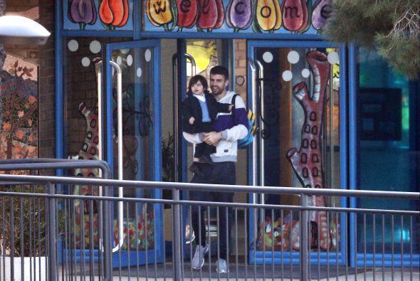 El futbolista cargando a su nene para que disfrute su fiesta.