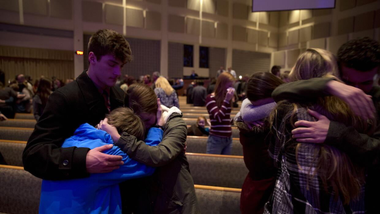 Amigos y familiares de las víctimas en el velatorio