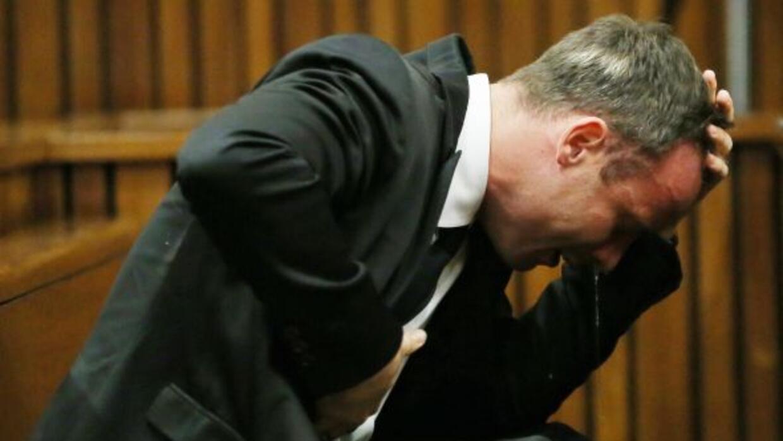 Oscar Pistorius reacciona cuando escucha la evidencia por un patólogo du...