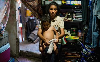 Rebeca León, con su hijo, en Petare, una de las barriadas m&aacut...