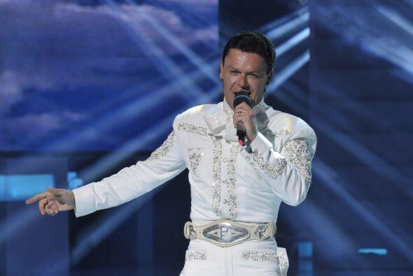 Pedro está muy contento por poder cantar pues es lo que más disfruta.