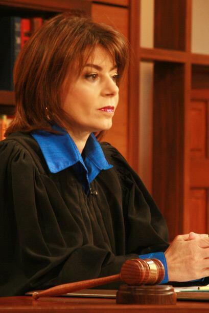La jueza Cristina Pereyra escucha atentamente el caso de la pareja separ...