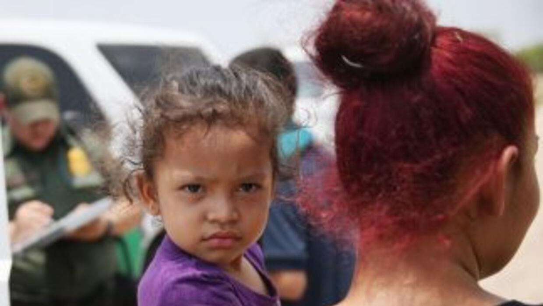 Una mujer y su niña, ambos indocumentadas, son detenidas por agentes de...