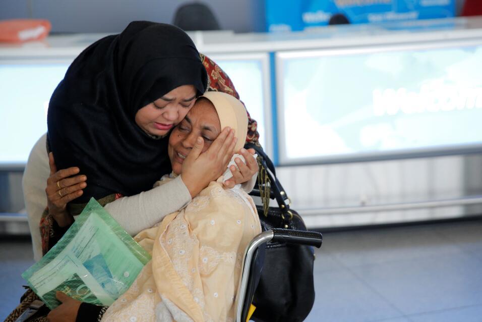 Una mujer se reencuentra con su madre en el aeropuerto JFK de Nueva York...