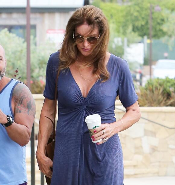 Con un coqueto y escotado vestido azul, tacones y gafas de sol, Caitlyn...