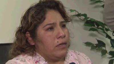 """""""Veo un oficial y me da miedo"""", dice hispana que fue arrestada de manera violenta mientras vendía flores en la calle"""