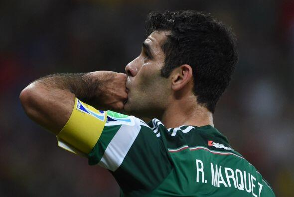 Al final, Hellas Verona se hizo de los servicios del  defensa mexicano,...