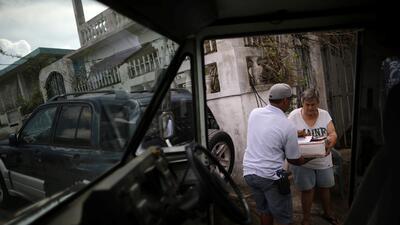 En fotos: Los carteros en Puerto Rico asisten a los más afectados por el huracán