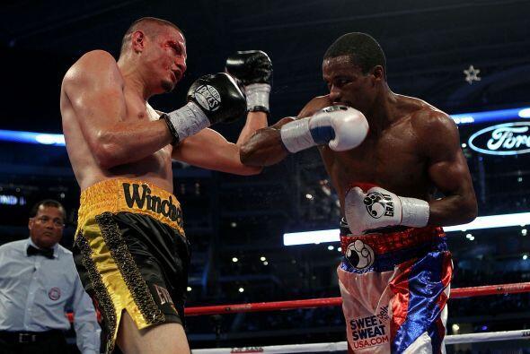 Mike Jones (de blanco) derrotó a Jesús Soto-Karass (negro...